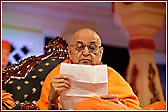 Swamishri reading letters during the sabha
