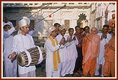 Swamishri participates with the satsangi bhajan group from a rural area