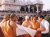Pramukh Swami Maharaj discussing master plans for Amdavad mandir