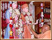 Offering Vedic worship on the occasion of the Murti Installation Anniversary( 6th Patotsav).