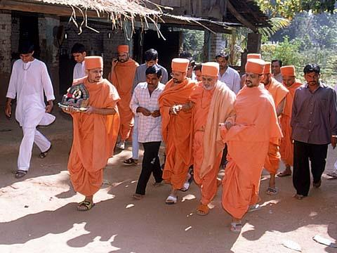 Swamishri visiting a village