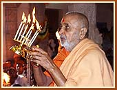 After offering Vedic pujan, Swamishri performs arti of the murtis