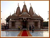 During the four day festival , the beautiful 5 -spired Mandir had more than 100,000 visitors