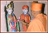 Swamishri performs the murti pratishtha of the murtis of Shri Akshar Purushottam Maharaj