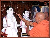 Swamishri invoking the Lord in the murtis of Akshar and Purushottam