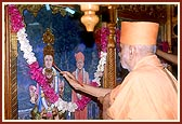 Swamishri performs the murti pratishtha ceremony