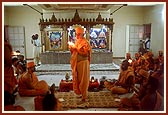 Swamishri performs the murti pratishtha arti