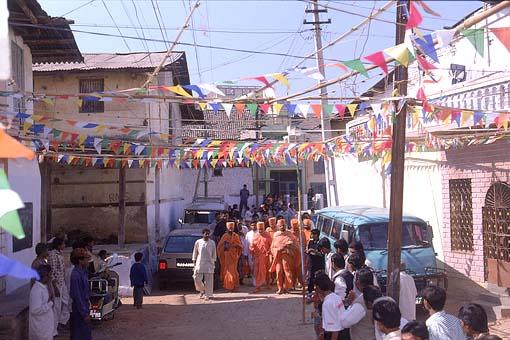 Swamishri through the streets of Kaanisa