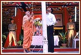 Swamishri unfurling the Indian flag on Republic day