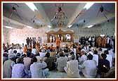 As a culmination to the murti pratishtha Swamishri and the devotees perform arti