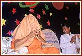 During his blessings, Swamishri covers his head while narrating the story of Jodho Bharvad when he saw the paramhansas of Lord Swaminarayan in such a position