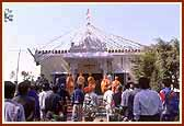 Swamishri enters the Shree Swaminarayan mandir Od