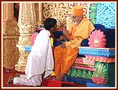 Even today, Swamishri's followers show the same faith, fearlessness and honesty which Lord Swaminarayan had instilled in satsangis. A few such devotees were honored by Swamishri during the festival