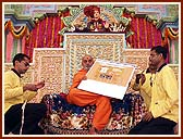 Swamishri inaugurating the Sanstha's renovated website: www.swaminarayan.org