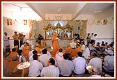 As a culmination to the murti pratishtha ceremony Swamishri and the devotees perform arti