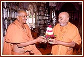 Kothari Swami of Ahmedabad Mandir offers a bouquet of appreciation to Swamishri for his 18-day stay