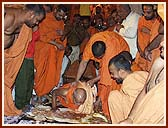 Swamishri prostating before the Lord