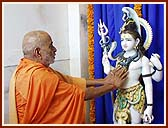 Performing Vedic rites of worship (pujan) of Shri Shiv-Parvati and Ganpatiji with Vedic rites