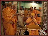 Pramukh Swami Maharaj in Ahmedabad, 16 April 2010
