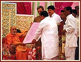 Members of Valsad City Council offering a Citation of Honor to Swamishri
