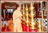 Swamishri performs the pujan of the Kalashas for the Swaminarayan Mandir at Botad