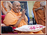 Pramukh Swami Maharaj in Ahmedabad, 19 April 2010
