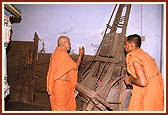 Swamishri touches and has darshan of the cart sanctified by Shriji Maharaj
