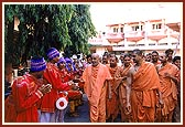 Swamishri blessing members of the Sanstha's children's forum (Bal Mandal) engaged in the De-addiction campaign-2000
