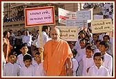 Swamishri holds a placard during a Deaddiction rally by the Sanstha's Children's Forum