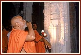 Swamishri minutely observes the subtle sculpture work on the pillars and ceilings