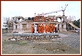 Swamishri at the construction site of the Swaminarayan Mandir