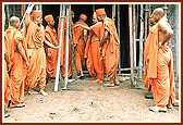 Swamishri offers a few suggestions regarding the Sant Nivas