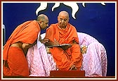 Swamishri in correspondence during the assembly, Pramukh Varni Celebration (English date), 21 May 2000