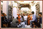 Swamishri performs pujan of pillar for the main inner sanctum, Pramukh Varni Celebration (English date), 21 May 2000