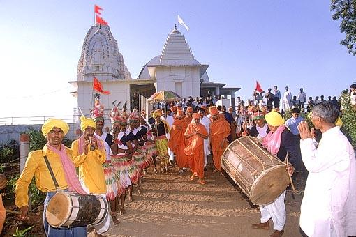 Swamishri is welcomed by the tribal devotees