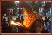 Swamishri performs the evening arti of Thakorji