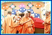 Swamishri pulls a kite to the joy of the devotees