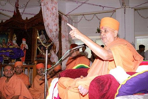 Swamishri blesses the assembly in the mandir