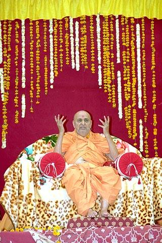 Swamishri explains the importance of mandir in society