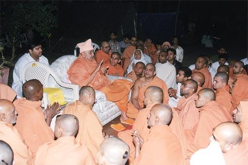 During an earthquake at 10.30pm on 8 February, Swamishri, sadhus and devotees chant the Swaminarayan dhun and offer prayers