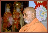 Swamishri engrossed in Thakorji's darshan during his puja