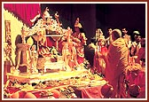 At 10.10 pm Swamishri performs the Shri Hari Jayanti celebration arti