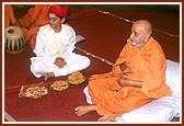 Swamishri devotionally swings the hindolo