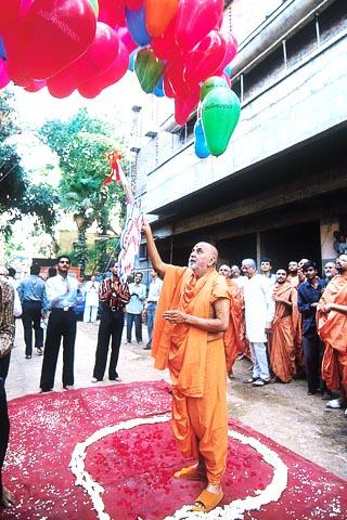 Swamishri releases a bunch of balloons in celebration of Shri Hari Jayanti