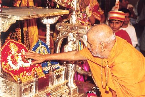Swamishri performs pujan of Thakorji and offers his reverence