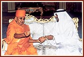 The Sheikh in a light mood with Swamishri
