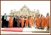 Bill Clinton and Pramukh Swami Maharaj with delegates of the American India Foundation