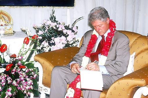 Bill Clinton writes his opinion in the Akshardham Visitors Book