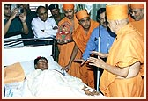 Swamishri blesses Hitesh Dharia, one of the volunteers injured in the terrorist attack