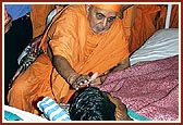 Swamishri blesses the three injured State Commandos